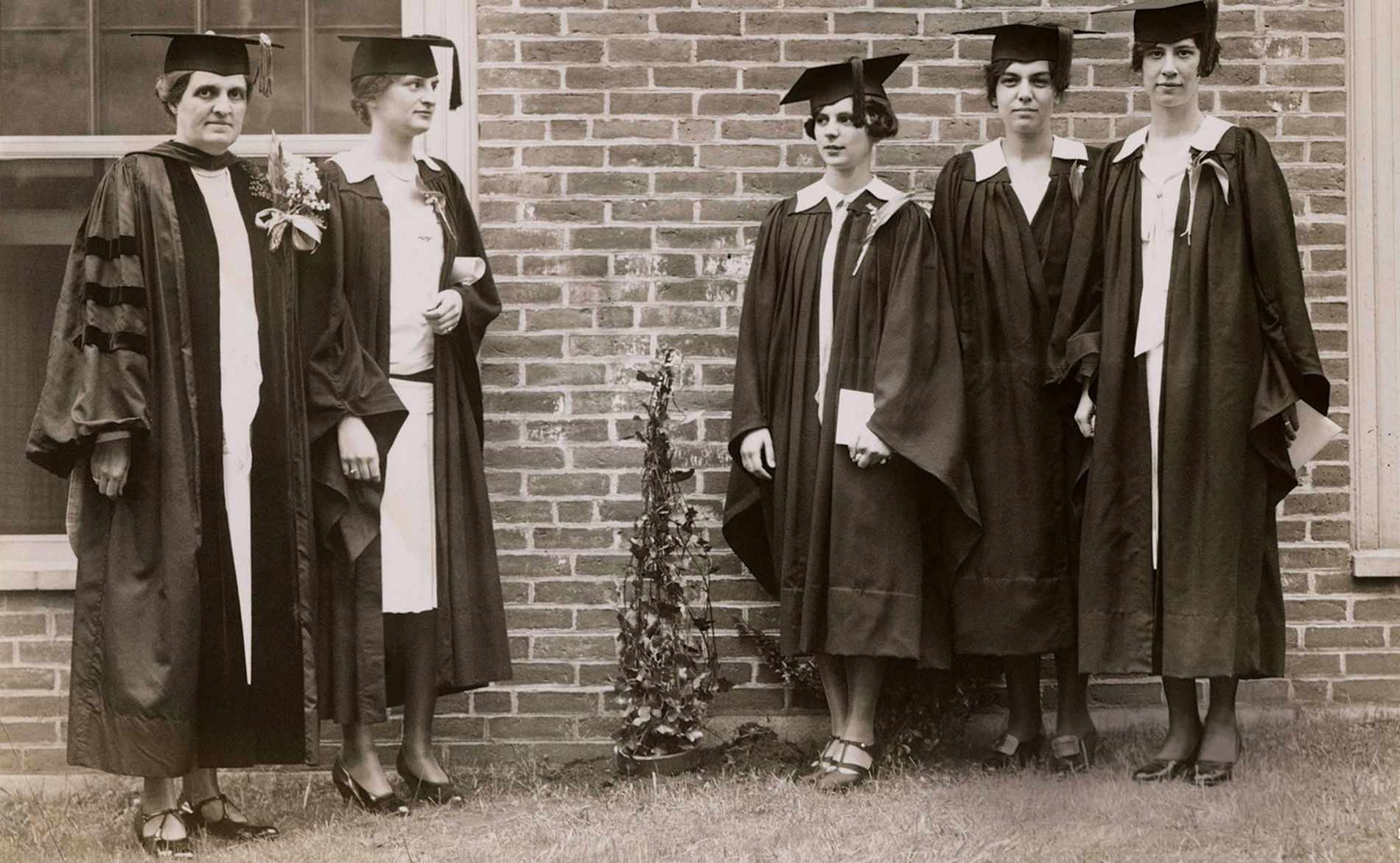 Dean Morriss and graduates on Ivy Day 1928